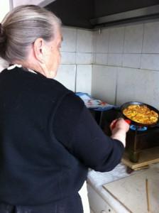 Η κυρία Μαρία τηγανίζει την πιο γευστική ομελέττα, με φρέσκα αυγά απο τις κότες ελεύθερης βοσκής που διατηρεί στο κτήμα της.