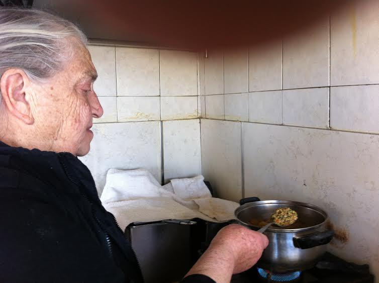 Παραδοσιακή κουζίνα, η κυρια Mαρία στην Πατσό της Κρήτης